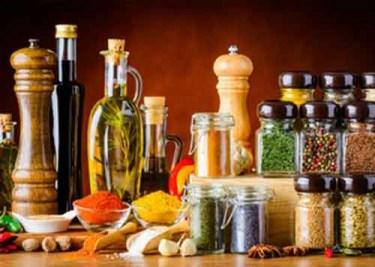 Essig, Öl, Senf, Gewürze und Süßes